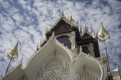 Thailändischer Tempel mit blauem Himmel und Wolken im Hintergrund, wat koi oder phra das cimplee Tempel in petchaburi Provinz, Th Stockbild