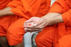 Thailändischer Tempel mit Mönch Water Blessing Lizenzfreies Stockfoto