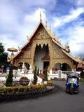 Thailändischer Tempel mit Tuk-Tuk Stockbilder