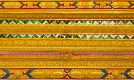 Thailändischer Tempel, ummauern thailändisches und thailändisches Muster-Design auf Wand Lizenzfreie Stockbilder