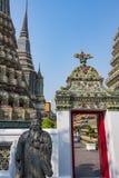 Thailändischer Tempelbau in der Stadt von Bangkok lizenzfreie stockfotos