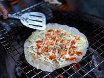 Thailändischer traditioneller knusperiger Garnelenpfannkuchen lizenzfreie stockbilder