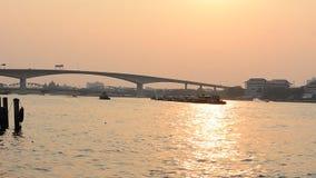 Thailändischer Transport, Boot auf dem Chaophaya-Fluss unter dem schönen bei Sonnenuntergang in Bangkok, THAILAND stock footage