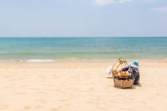 Thailändischer Verkäufer, der Lebensmittel auf dem Strand zubereitet lizenzfreie stockbilder