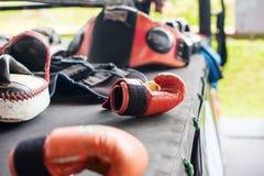 Thailändischer Verpacken-Handschuh-Trainings-Durchschlags-Auflagen-Handschuh-Ring Stockbilder