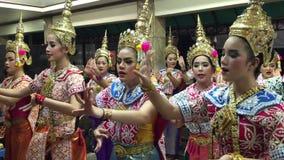 Thailändischer Volkstanz am Tempel in Bangkok stock video footage