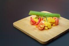 Thailändischer würziger Feldsalat mit gesalzenem Ei lizenzfreies stockbild