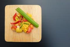 Thailändischer würziger Feldsalat mit gesalzenem Ei lizenzfreie stockfotos