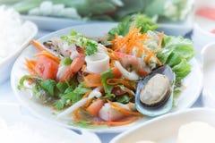 Thailändischer würziger Meeresfrüchte-Salat mit thailändischer Art des Suppennudelsalat-Lebensmittels Stockfotografie