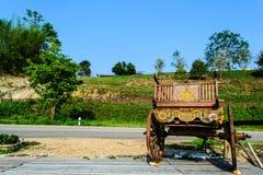 Thailändischer Warenkorb hinter den grünen Hügeln und den Straßen am Abend stockfoto