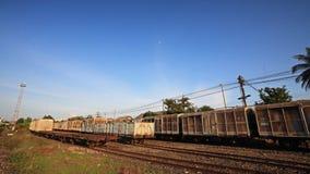 Thailändischer Zug auf Eisenbahnlinie gegen blauen Himmel Stockfotografie