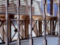 Thailändisches altes Balkonholz im Freien Stockfoto