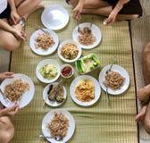 Thailändisches Artfrühstück mit Familie lizenzfreies stockbild
