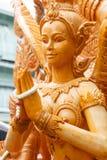 Thailändisches Artkerzenwachs, das im traditionellen Kerzenprozessionsfestival von Buddha schnitzt Stockfotografie