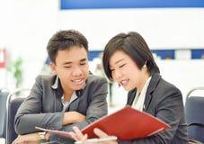 Thailändisches (asiatisches) Geschäft copule arbeiten zusammen an einem Büroprojekt Stockfotografie