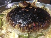 Thailändisches BBQ-Buffet mit Schweinefleisch, Gemüse, sofortigen Nudeln, Ei und Suppe lizenzfreie stockbilder