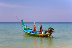 Thailändisches Boot auf dem Wasser gegen einen schönen Himmel Stockfotografie