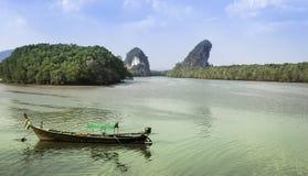 Thailändisches Boot auf Fluss in Krabi Stockfotografie