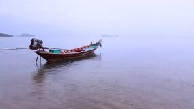 Thailändisches Boot an einem nebeligen Tag lizenzfreie stockbilder