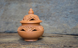 Thailändisches Design Clay Pottery auf altem Holz Stockfotos