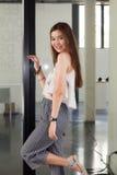 Thailändisches erwachsenes schönes Mädchen entspannen sich und lächeln Stockbild