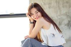 Thailändisches erwachsenes schönes Mädchen entspannen sich und lächeln Lizenzfreies Stockfoto