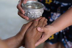 Thailändisches Festival Songkran (Wassersegenzeremonie von Erwachsenen) Stockbild