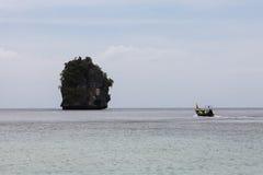 Thailändisches Fischerboot, das Fische im Meer findet Stockbild