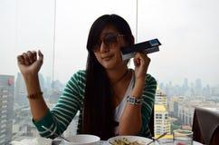 Thailändisches Frauen-Porträt am Restaurant von Baiyoke-Turm Stockbild