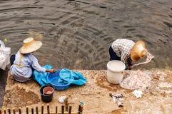 Thailändisches Frauen-Säubern Stockfotos