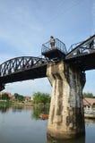 Thailändisches Frauenporträt auf Brücke des Flusses Kwai in Kanchanaburi Thailand Stockfoto