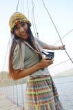 Thailändisches Frauenporträt auf der Brücke an Verdammung Standort Kaeng Krachan Lizenzfreie Stockfotos