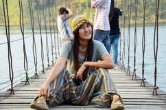 Thailändisches Frauenporträt auf der Brücke an Verdammung Standort Kaeng Krachan Stockfotos