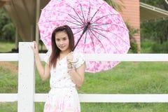 Thailändisches Frauenporträt im Freien Stockfoto
