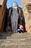 Thailändisches Frauenporträt und betende alte große Buddha-Statue Stockfotografie