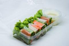 Thailändisches Frischgemüse-Reis-Blatt Rolls im Plastikkasten Stockfoto