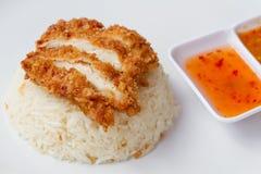 Thailändisches gebratenes Huhn des Schnellimbisses diente auf dem Reis, der in der Hühnerbrühe gekocht wurde lizenzfreies stockfoto