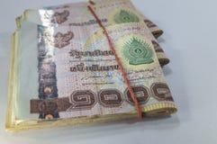 Thailändisches Geld, 1000 Bahtbanknoten auf weißem Hintergrund Stockfotos