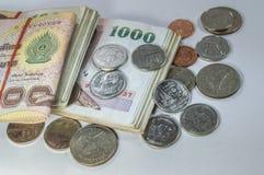 Thailändisches Geld, 1000 Bahtbanknoten und Münze auf weißem Hintergrund Stockbilder