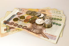 Thailändisches Geld, 1000 Bahtbanknoten und Münze auf weißem Hintergrund Lizenzfreie Stockfotografie