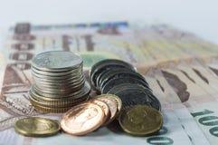 Thailändisches Geld, 1000 Bahtbanknoten und Münze auf weißem Hintergrund Lizenzfreie Stockbilder