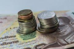 Thailändisches Geld, 1000 Bahtbanknoten und Münze auf weißem Hintergrund Stockbild