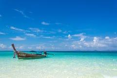 Thailändisches hölzernes Boot auf der Küste des Andaman-Meeres Bootsreise in diesem typischen Boot des langen Schwanzes lizenzfreie stockfotografie