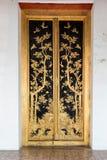 Thailändisches Handwerk: THAILÄNDISCHES Muster LAI in der Tempel-und Museums-Tür Stockfoto