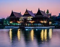 Thailändisches Haus auf der Ufergegend lizenzfreie stockfotos