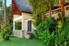 Thailändisches Haus mit Palmen Stockfotografie