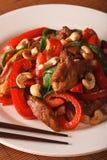 Thailändisches Huhn mit Gemüse und Acajoubaumnahaufnahme vertikal Lizenzfreies Stockbild