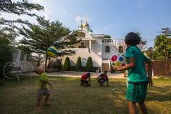 Thailändisches Kinderspiel im Ball nahe der Russisch-Orthodoxen Kirche Lizenzfreies Stockfoto