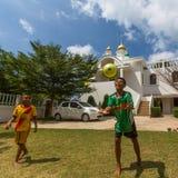 Thailändisches Kinderspiel im Ball nahe der Russisch-Orthodoxen Kirche Stockfotos