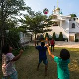 Thailändisches Kinderspiel im Ball nahe der Russisch-Orthodoxen Kirche Stockfotografie